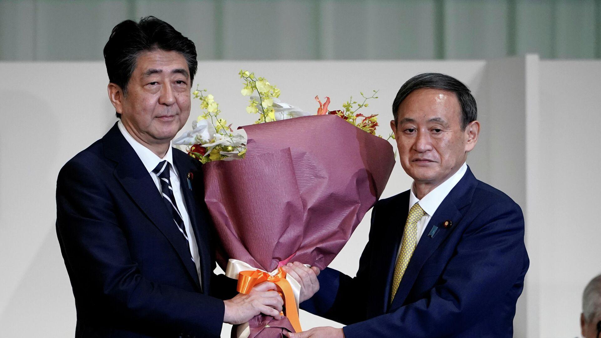 Премьер-министр Японии Синдзо Абэ Ёсихидэ Суга, избранный лидером правящей в Японии партии - РИА Новости, 1920, 23.09.2020