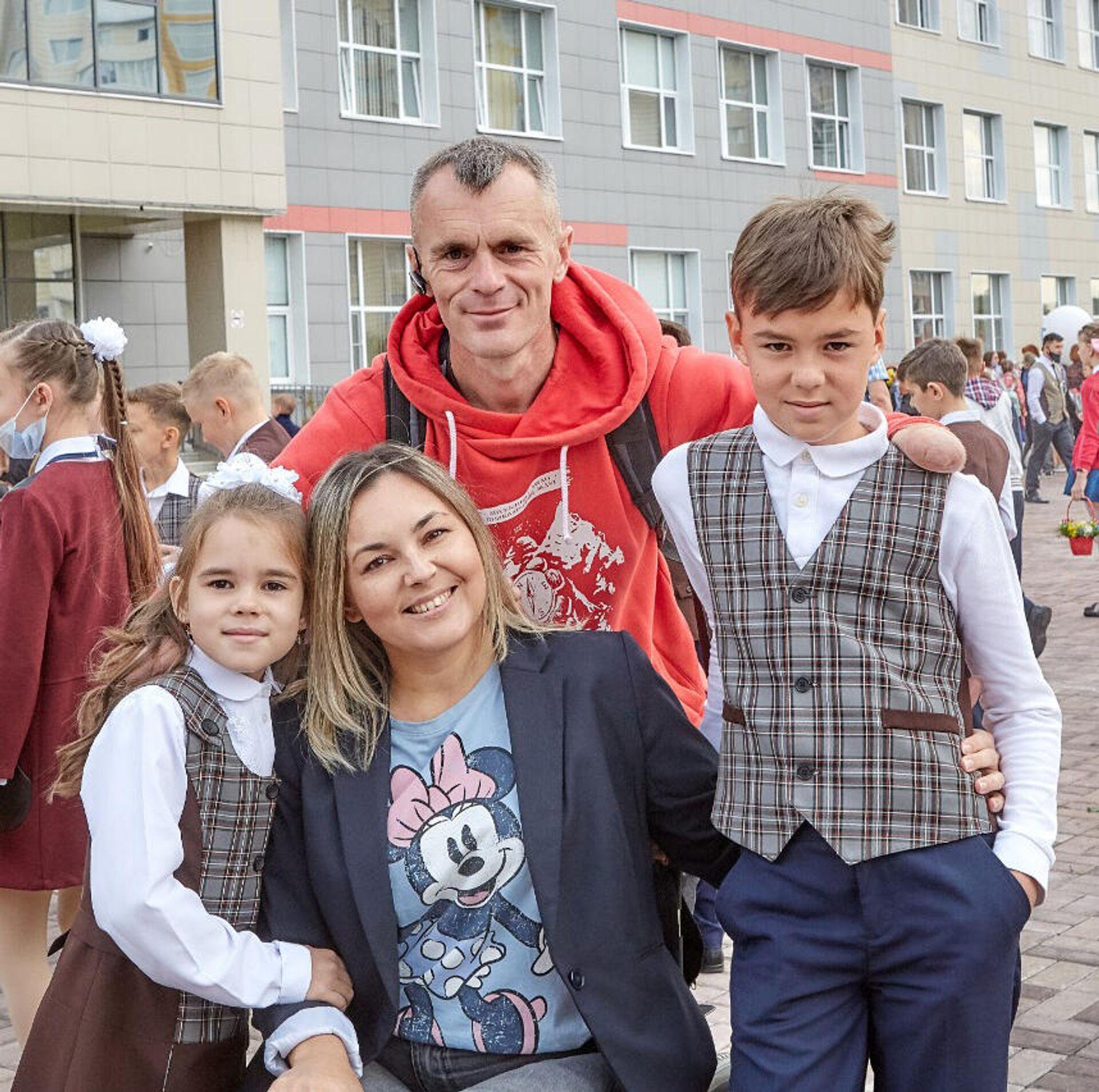 Дмитрий с супругой и детьми - РИА Новости, 1920, 15.09.2020