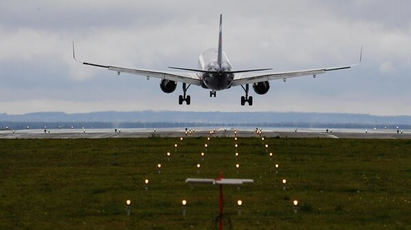 Самолет заходит на посадку в Международном аэропорту Казани имени Габдуллы Тукая