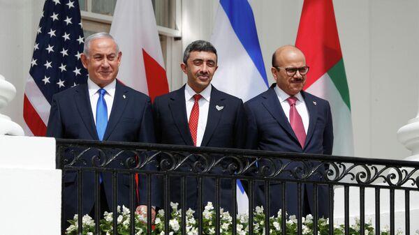 Биньямин Нетаньяху, Абдалла бен Зейд аль-Нахайян и Абдуллатиф Аль Зайани перед подписанием договора в Белом доме США