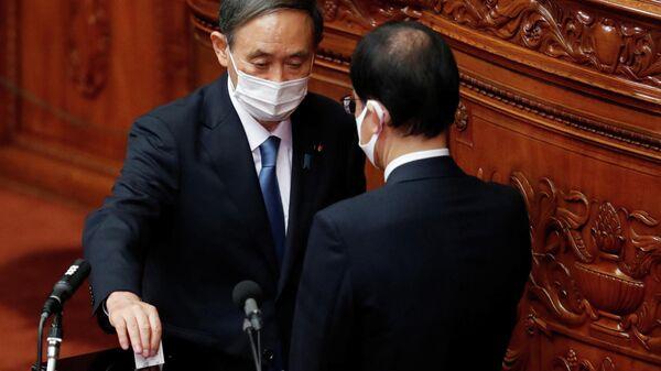 Главный секретарь кабинета министров Японии Ёсихидэ Суга голосует за избрание нового премьер-министра в нижней палате парламента в Токио, Япония