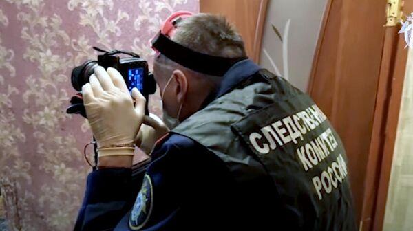 Сотрудник Следственного комитета России на месте обнаружения тел двух детей в Ярославской области. Кадр видео