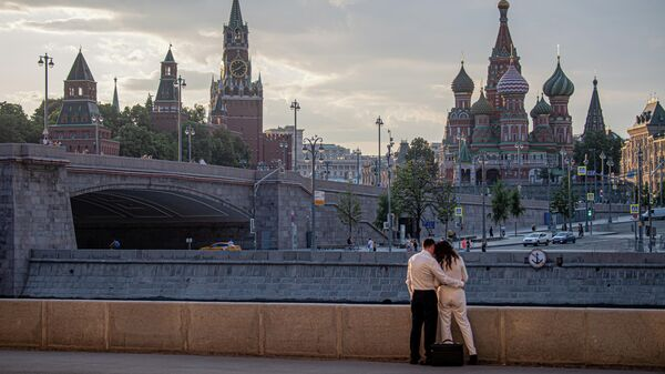 Люди гуляют в центре Москвы