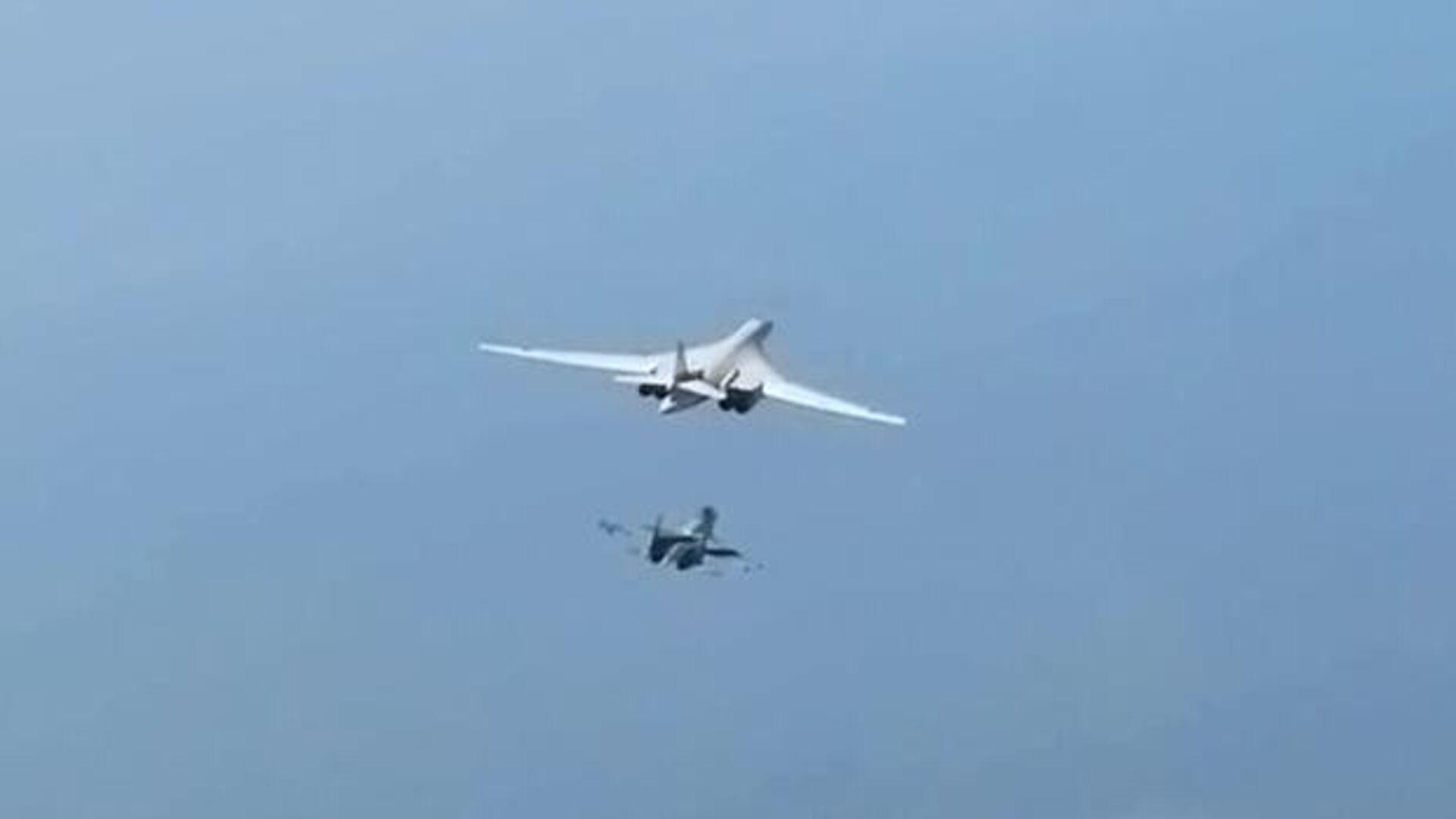 Стратегический ракетоносец Ту-160 выполняет плановый полет над нейтральными водами Балтийского моря. Стоп-кадр видео - РИА Новости, 1920, 22.09.2020