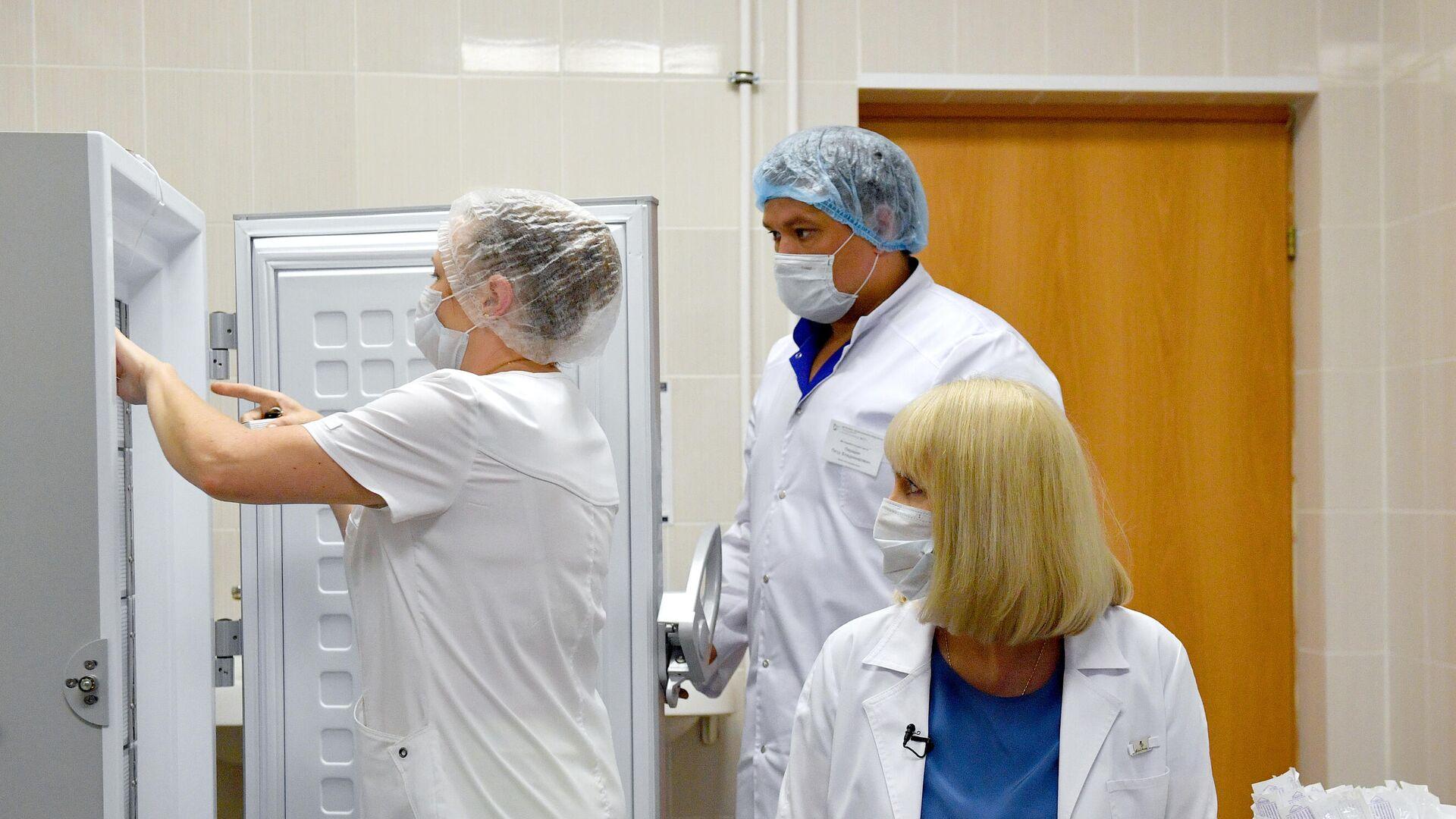 Подготовка к вакцинации добровольца против COVID-19 - РИА Новости, 1920, 17.09.2020
