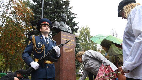 Возложение цветов к бюсту конструктора стрелкового оружия Михаила Калашникова в Ижевск