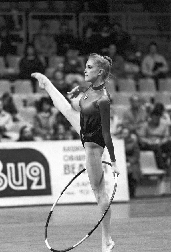 Оксана Костина выполняет упражнения с обручем. Международный турнир по художественной гимнастике на приз журнала Мир женщины.