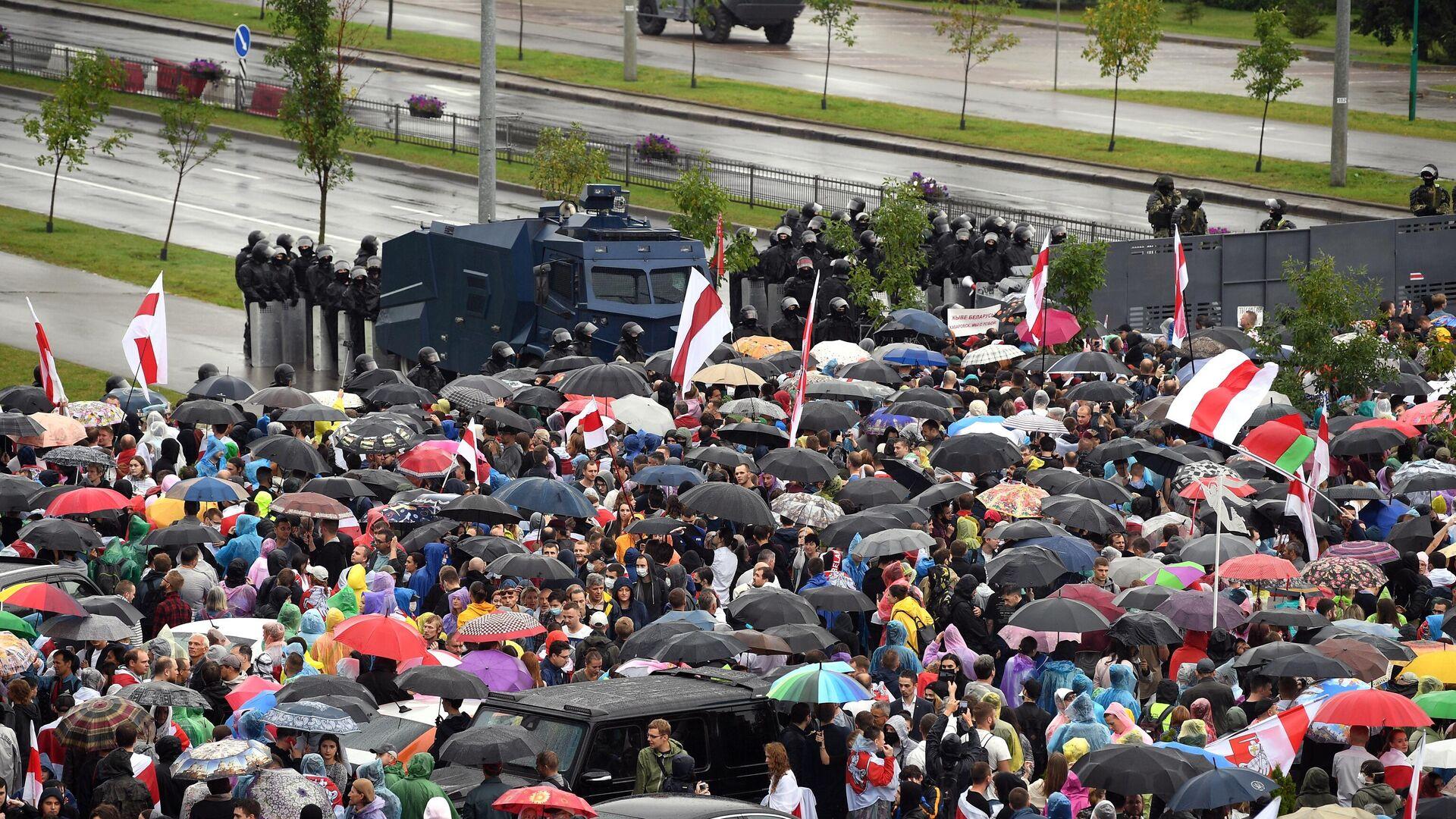 Участники несанкционированной акции оппозиции Марш единства и сотрудники милиции в Минске - РИА Новости, 1920, 18.09.2020