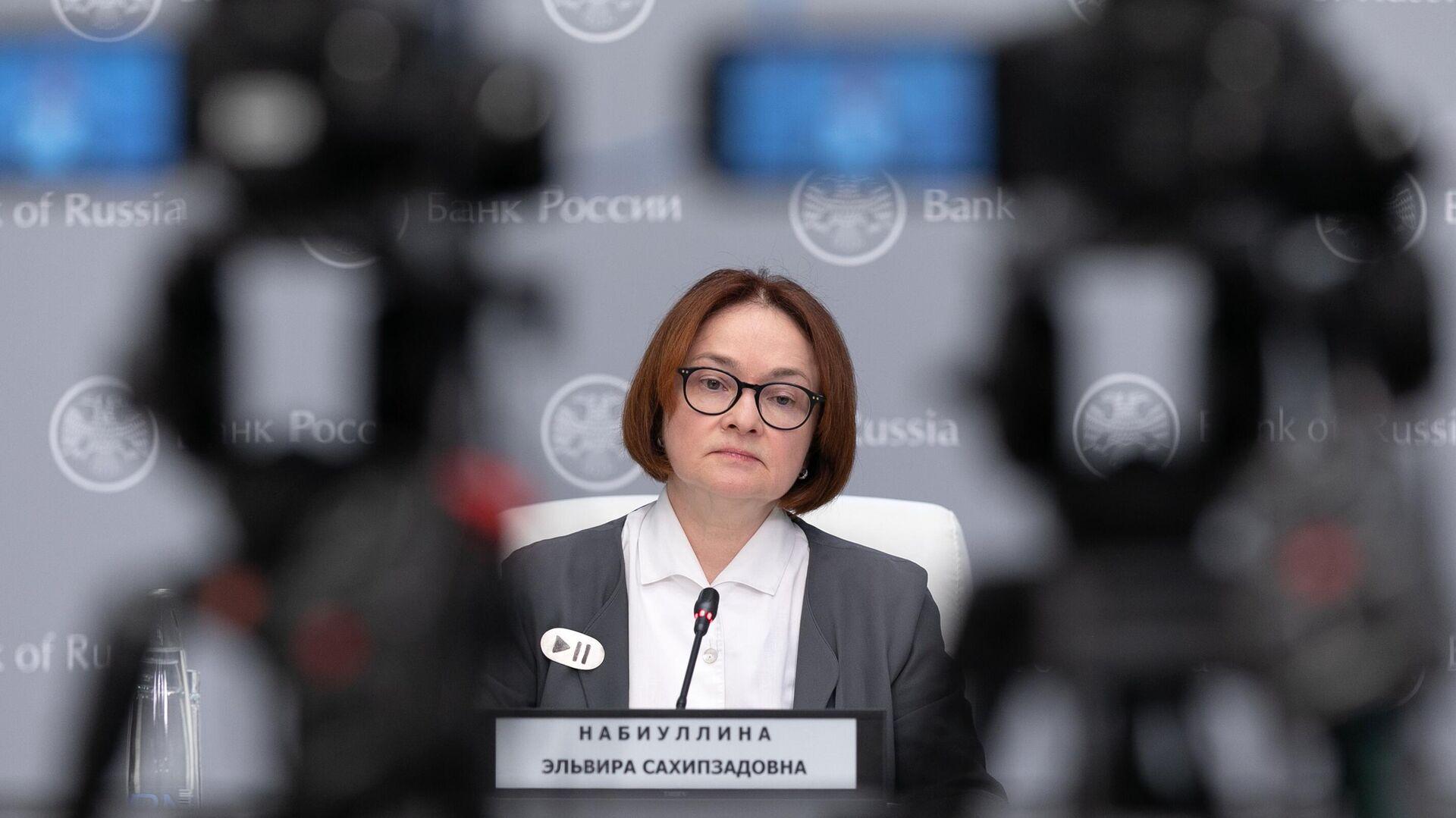 Председатель Центрального банка РФ Эльвира Набиуллина на пресс-конференции - РИА Новости, 1920, 18.09.2020