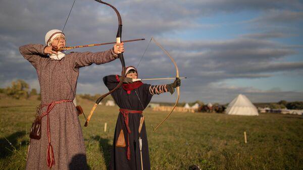Участники военно-исторического фестиваля Поле Куликово в лагере реконструкторов на праздничных мероприятиях, посвященных 640 годовщине Куликовской битвы