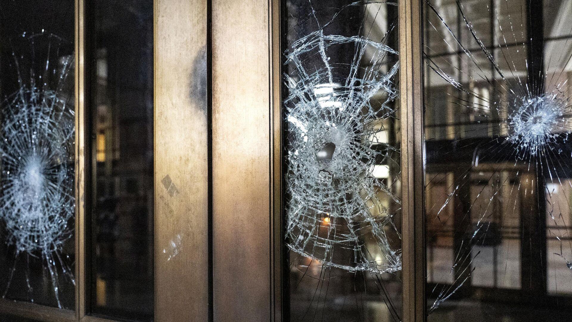 Разбитая стеклянная дверь во время акции протеста у здания суда в Портленде - РИА Новости, 1920, 28.10.2020