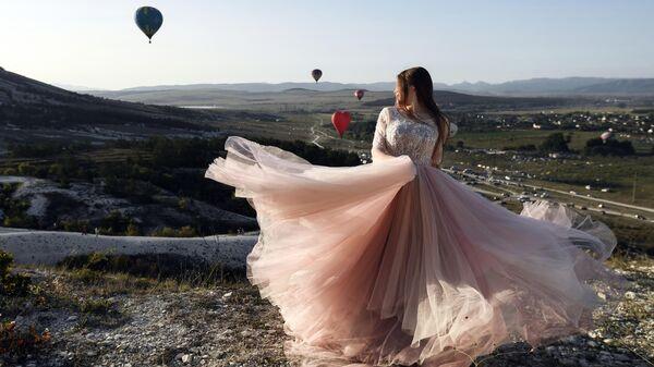 Девушка на фестивале воздухоплавания у подножия Белой скалы в Белогорском районе республики Крым