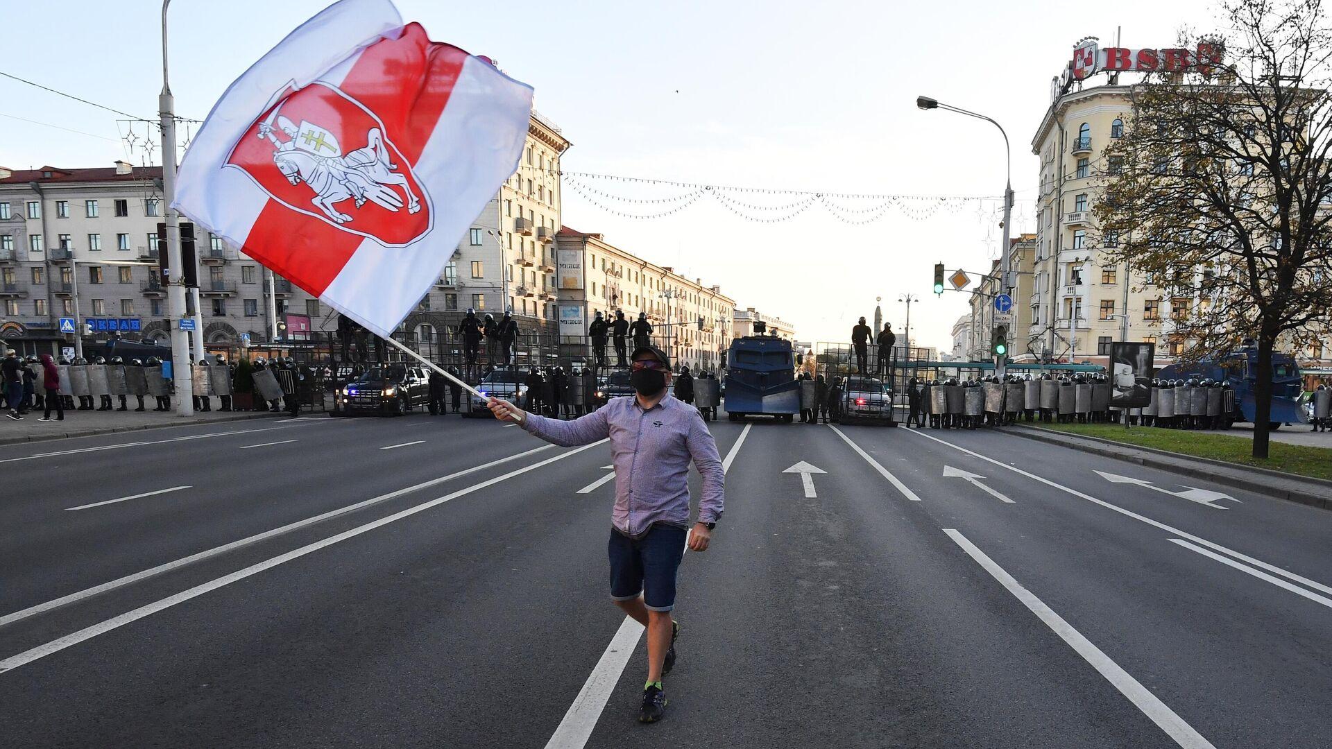 Участник и сотрудники правоохранительных органов во время акции протеста Марш справедливости в Минске - РИА Новости, 1920, 23.09.2020