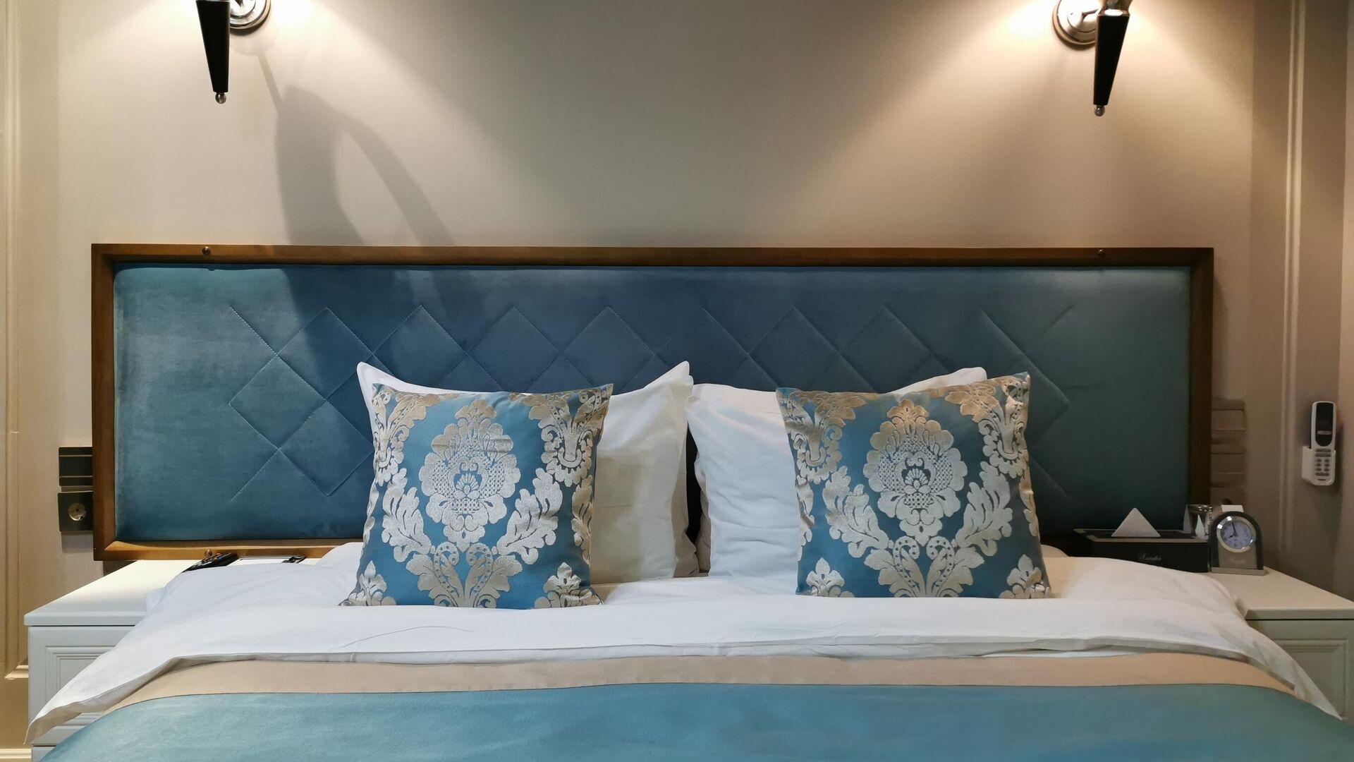Кровать в номере 239 в гостинице Xander Hotel в Томске - РИА Новости, 1920, 22.10.2020