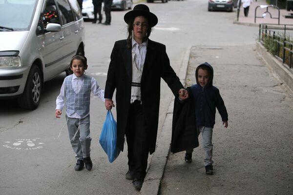 Юные паломники-хасиды, прибывшие в город Умань на празднование иудейского Нового года (Рош ха-Шана)