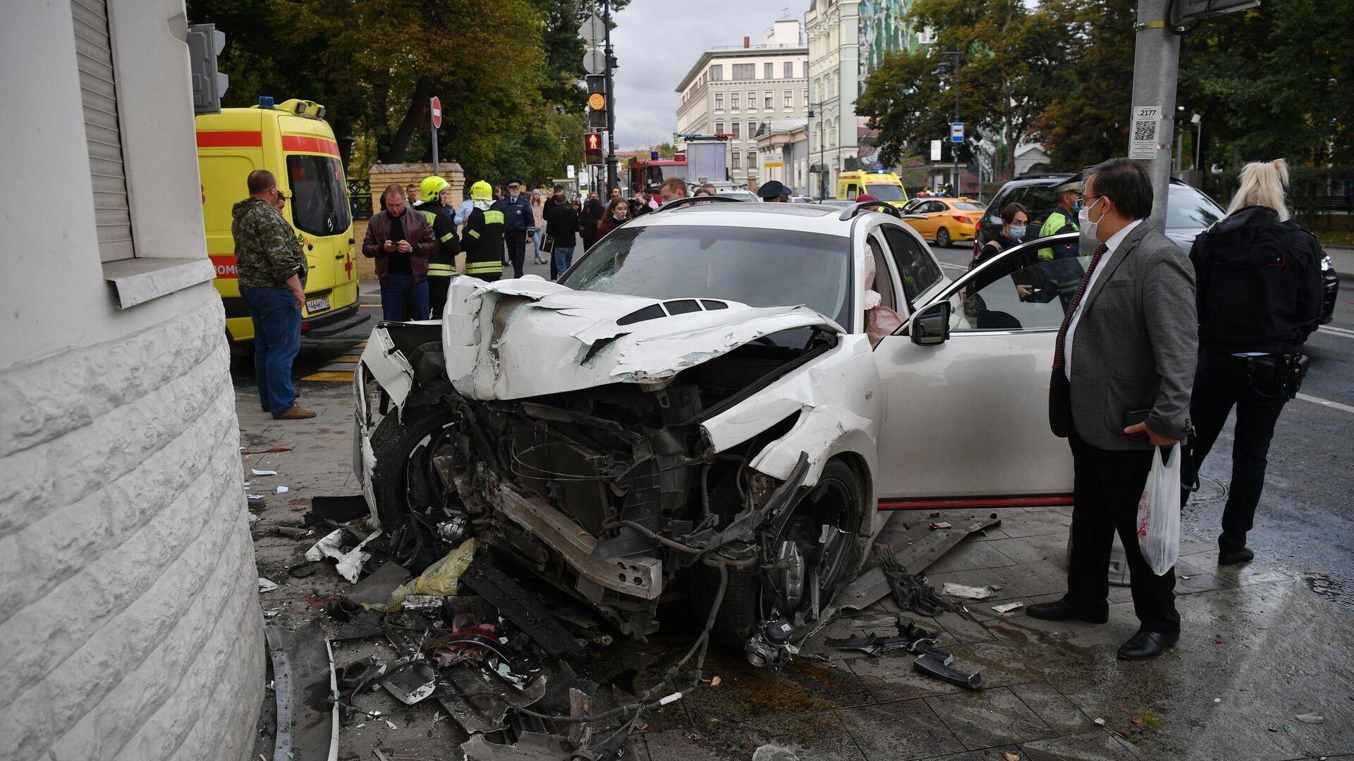 Автомобиль Infiniti, пострадавший в ДТП в центре Москвы - РИА Новости, 1920, 22.09.2020