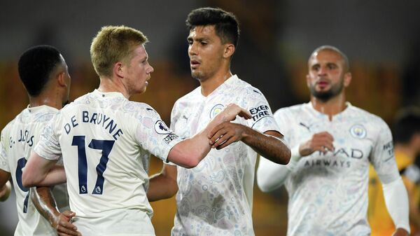 Manchester City's Belgian midfielder Kevin De Bruyne (L) celebrates scoring his team's first goal from the penalty spot during the English Premier League football match between Wolverhampton Wanderers and Manchester City at the Molineux stadium in Wolverhampton, central England on September 21, 2020. (Photo by Stu Forster / POOL / AFP) / RESTRICTED TO EDITORIAL USE. No use with unauthorized audio, video, data, fixture lists, club/league logos or 'live' services. Online in-match use limited to 120 images. An additional 40 images may be used in extra time. No video emulation. Social media in-match use limited to 120 images. An additional 40 images may be used in extra time. No use in betting publications, games or single club/league/player publications. /