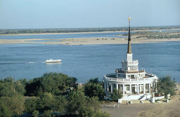 Ресторан Маяк на берегу реки Волги в Волгограде.