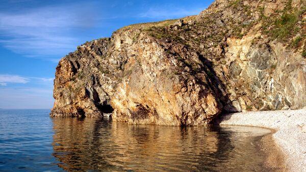 Крутые уступы острова Ольхон говорят о том, что  Байкал располагается в глубинном разломе