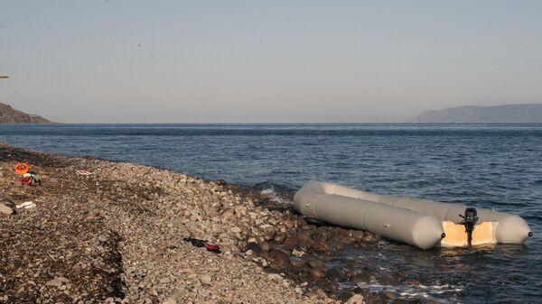 Резиновая лодка на берегу острова Лесбос в Греции, на которой приплыли мигранты с турецкого побережья