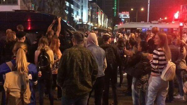 Протестующие на Немиге заблокировали автобус, где находятся задержанные