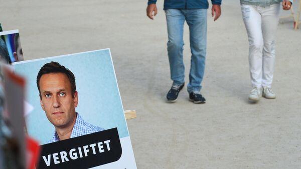 Портрет Алексея Навального у здания клиники Шарите в Берлине