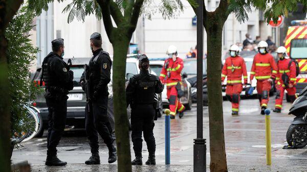 Сотрудник полиции на месте нападения у бывшего офиса французского сатирического журнала Charlie Hebdo в Париже