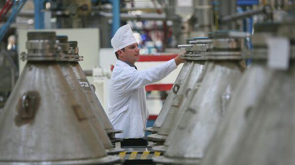 Контейнеры (биконусы) с порошком диоксида урана в цехе производства топлива для энергетических реакторов