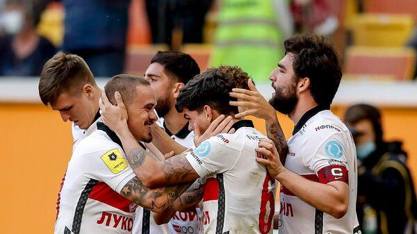 Футболисты Спартака празднуют победу в матче с Тамбовом