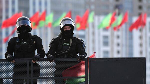Сотрудники правоохранительных органов во время воскресной несанкционированной акции протеста в Минске