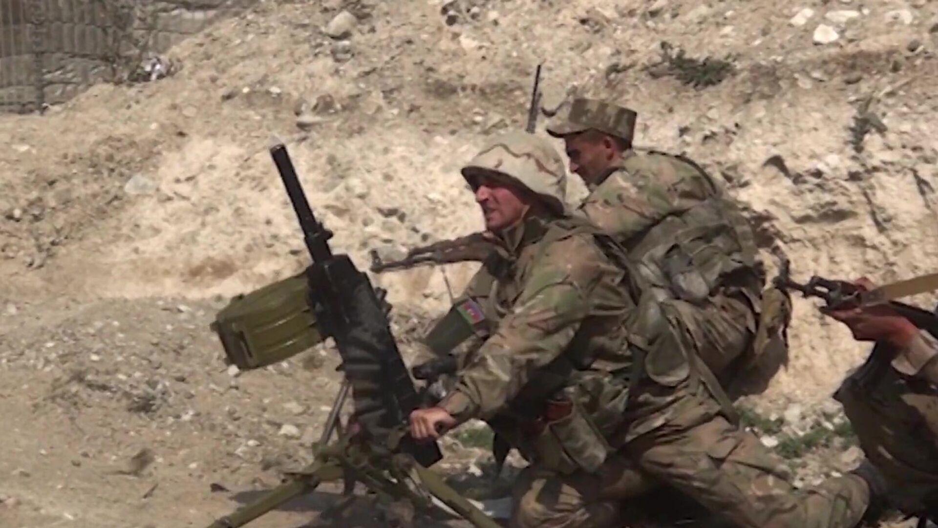 Вооруженные силы Азербайджана ведут боевые действия в Нагорном Карабахе. Скриншот видео - РИА Новости, 1920, 28.09.2020
