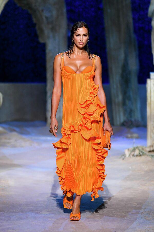 Модель Ирина Шейк на показе Versace в рамках Недели моды в Милане