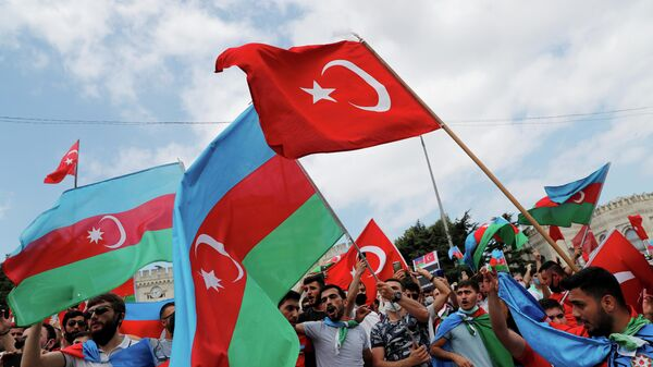Азербайджанцы с флагами Турции и Азербайджана во время акции протеста в Стамбуле