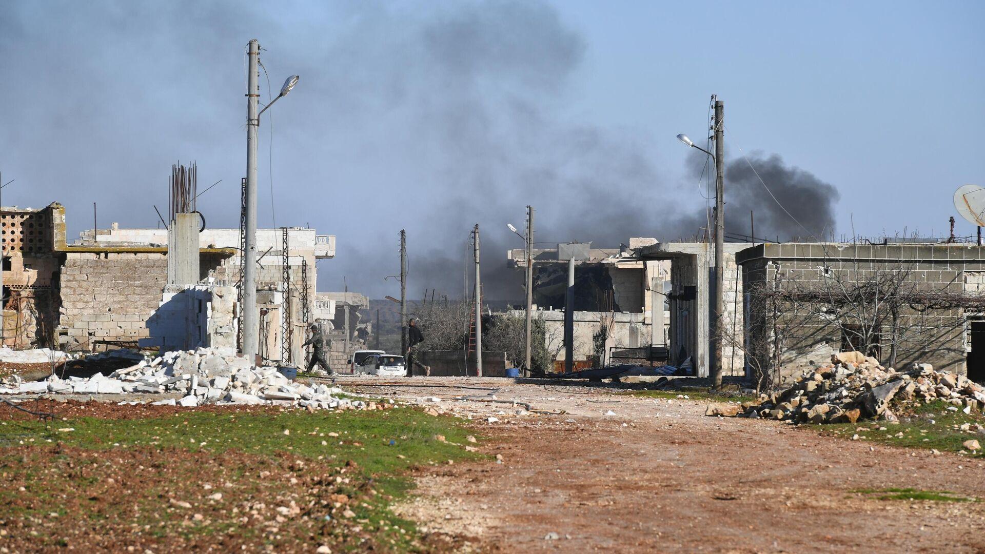 Разрушенные дома в освобожденном от боевиков населенном пункте ад-Дейр аш-Шаркий в Сирии на юго-востоке провинции Идлиб - РИА Новости, 1920, 12.02.2021