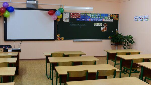 Надпись Каникулы на школьной доске в пустом учебном классе в московской школе