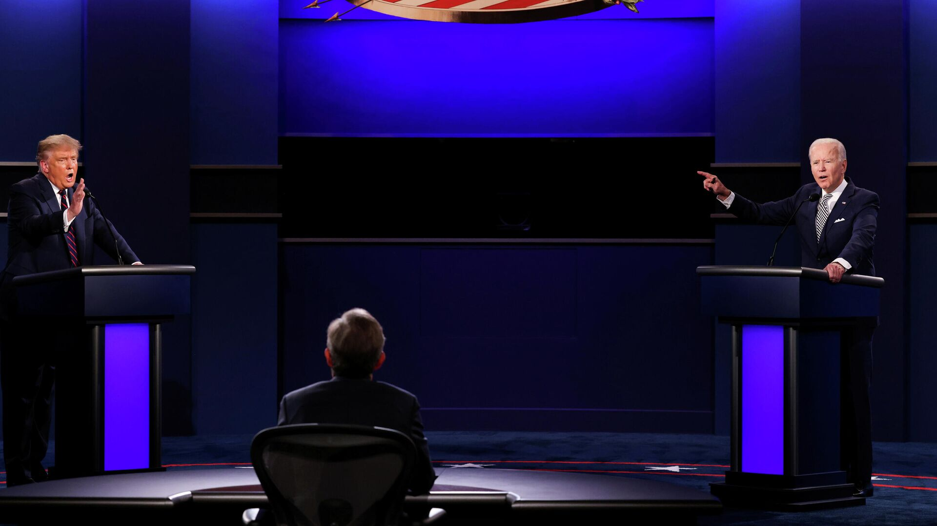 Президент Дональд Трамп США и Джо Байден во время дебатов в Кливленде, штат Огайо - РИА Новости, 1920, 08.10.2020