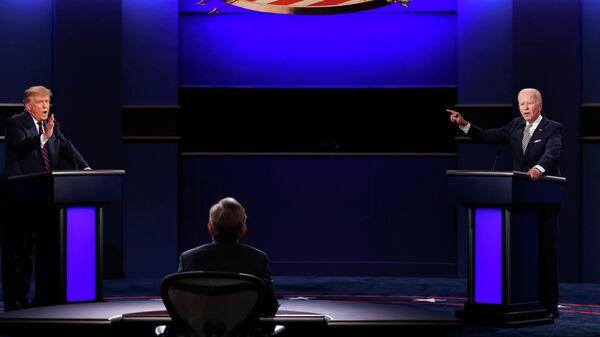 Президент Дональд Трамп США и Джо Байден во время дебатов в Кливленде, штат Огайо