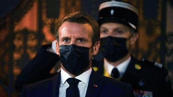 Президент Франции Эммануэль Макрон на церемонии встречи в Риге