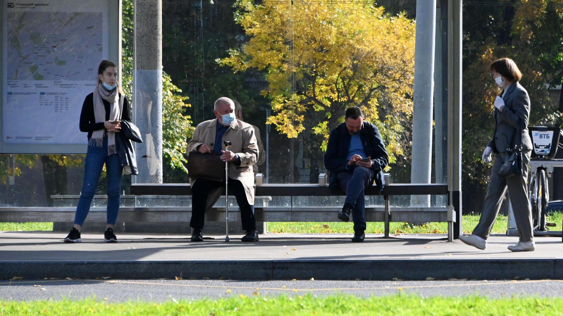 Люди на автобусной остановке на Ленинском проспекте в Москве - РИА Новости, 1920, 07.10.2020