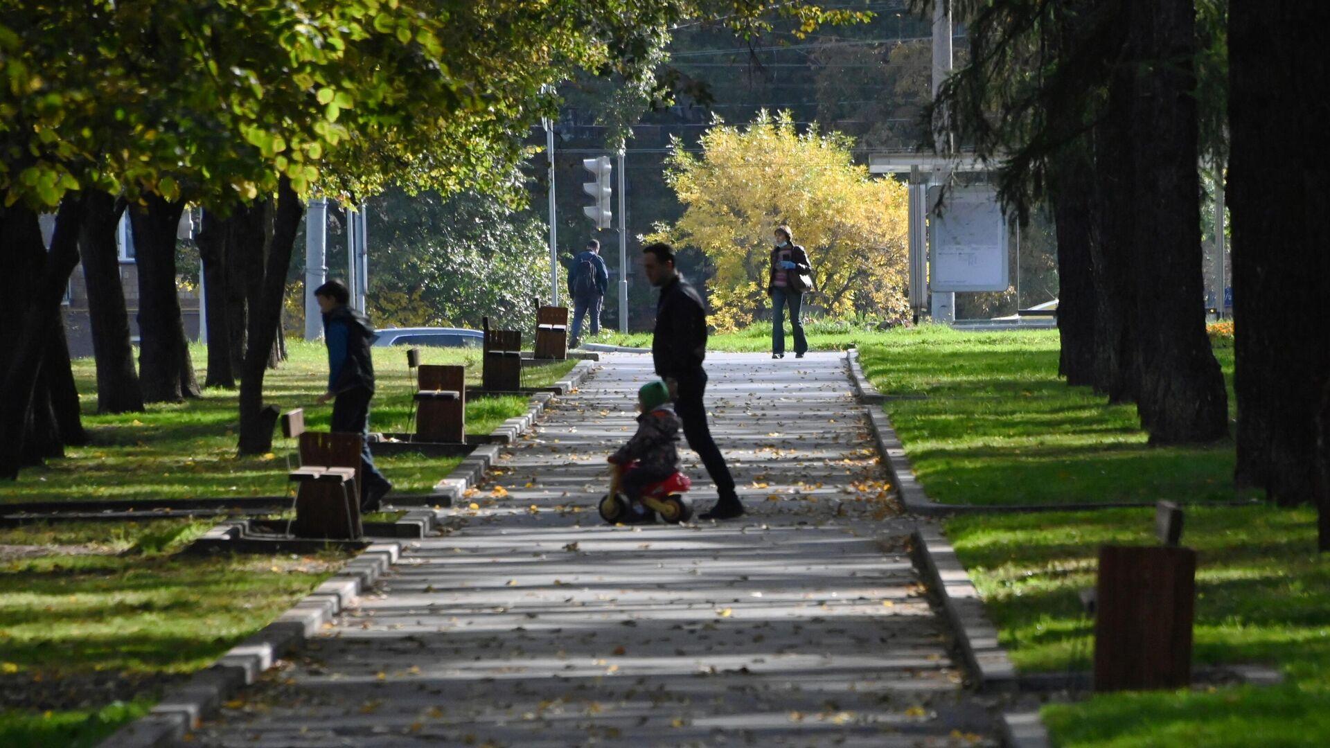 Люди гуляют в сквере на улице Марии Ульяновой в Москве - РИА Новости, 1920, 05.10.2020