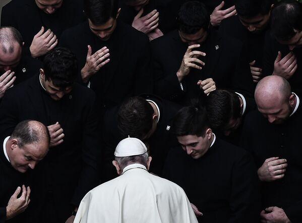 Папа Франциск молится вместе со священниками во дворе Сан-Дамасо в Ватикане