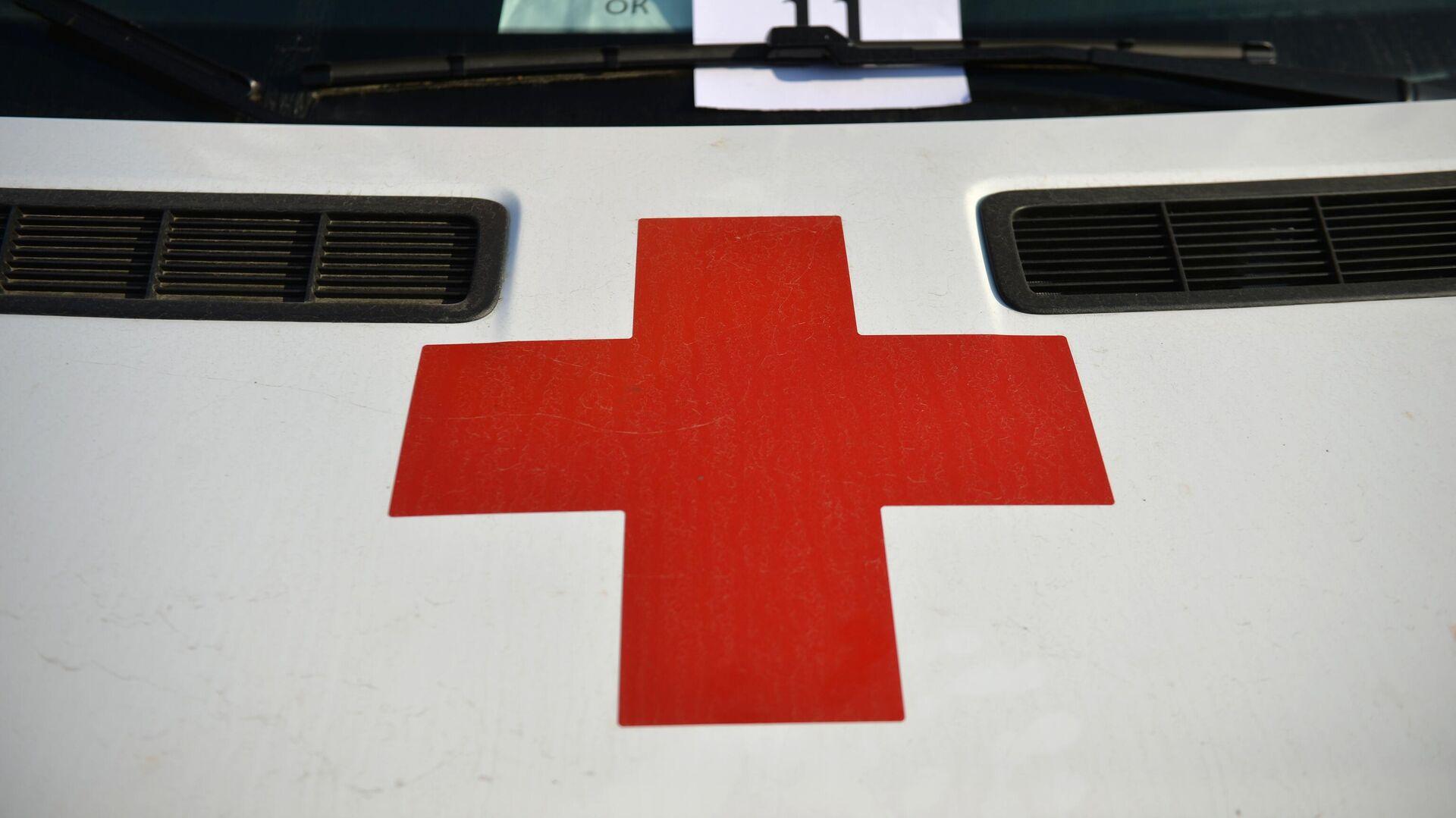 Красный крест на автомобиле скорой медицинской помощи в Свердловской области - РИА Новости, 1920, 29.11.2020