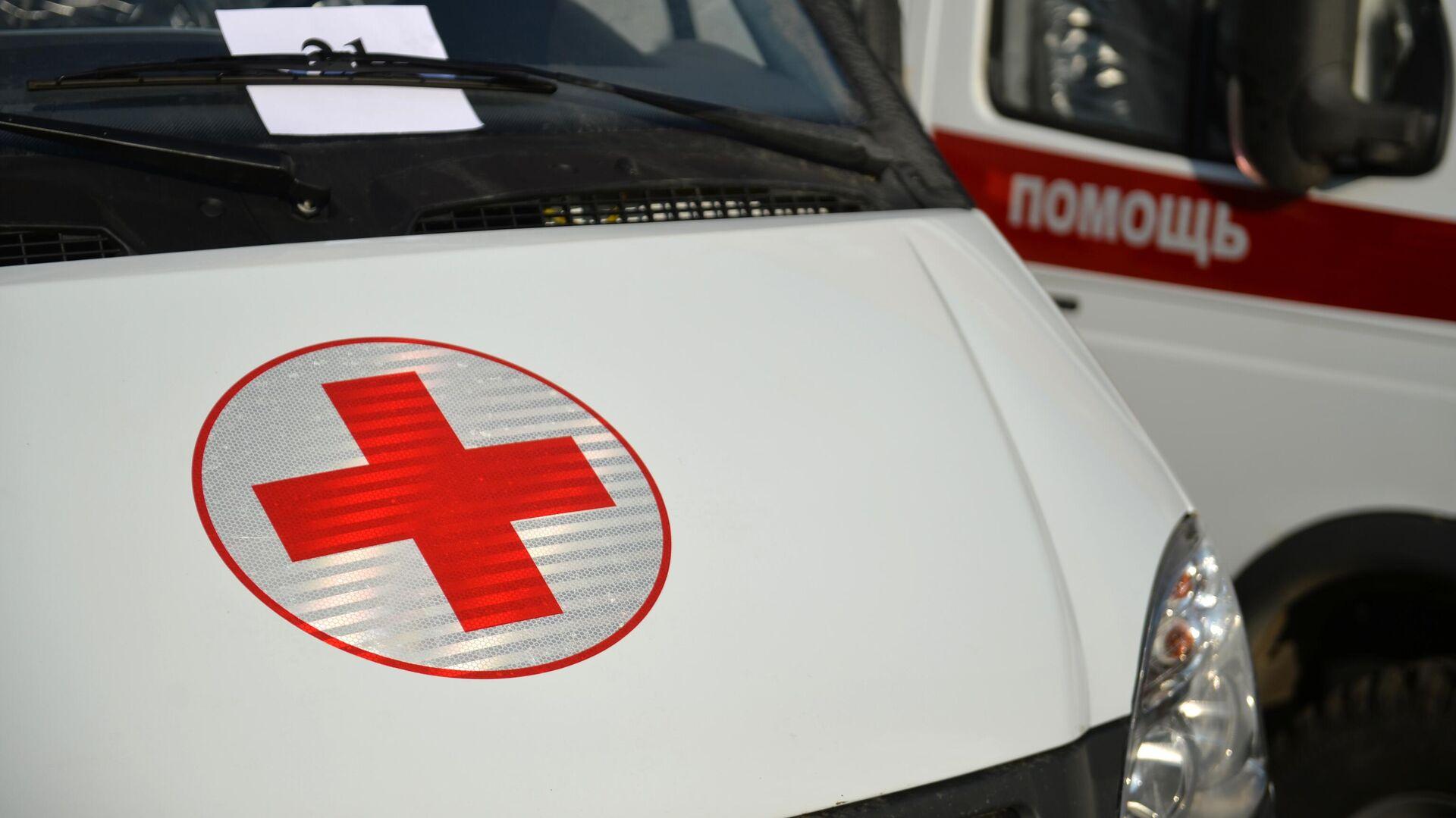 Красный крест на автомобиле скорой медицинской помощи в Свердловской области - РИА Новости, 1920, 15.10.2020