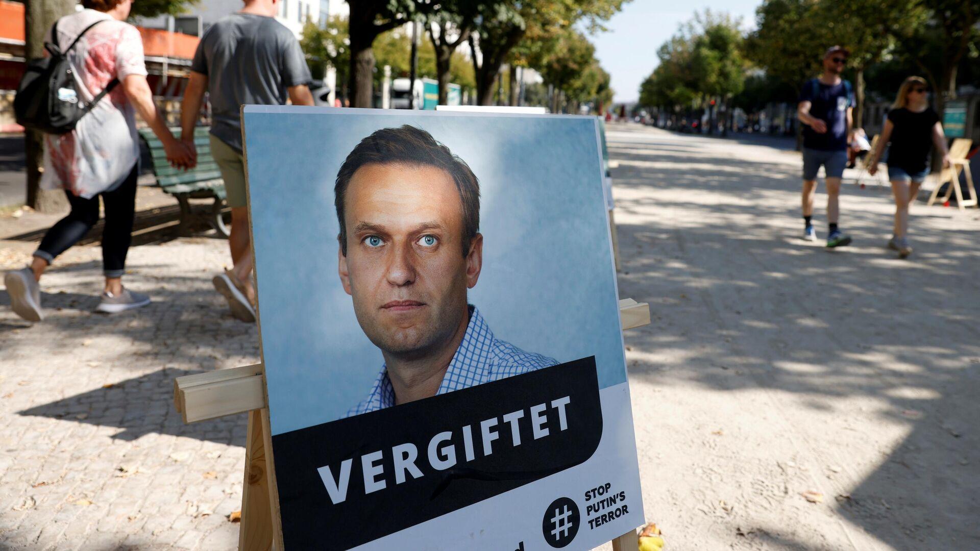 Портрет Алексея Навального с подписью отравлен у здания посольства Российской Федерации в Берлине - РИА Новости, 1920, 03.10.2020