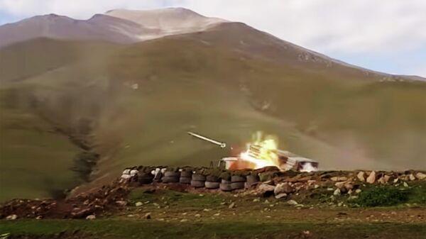 Стрельба из реактивных установок залпового огня азербайджанской армии во время боев с силами самопровозглашенной Нагорно-Карабахской республики
