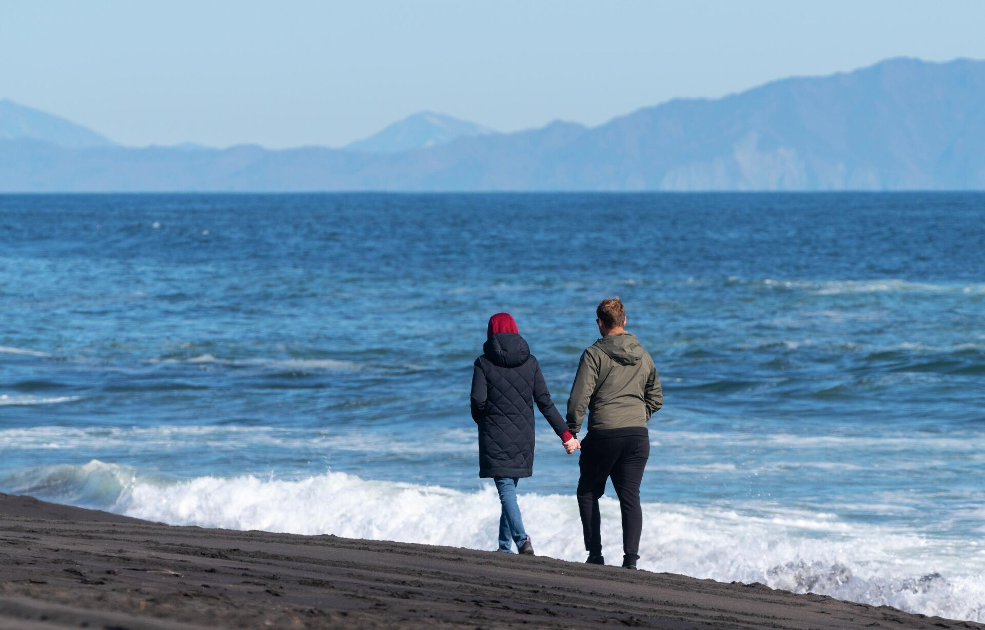 Молодые люди гуляют на Халактырском пляже Тихоокеанского побережья полуострова Камчатка - РИА Новости, 1920, 15.07.2021