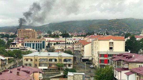 Дым от артиллерийского удара в центре Степанакерта