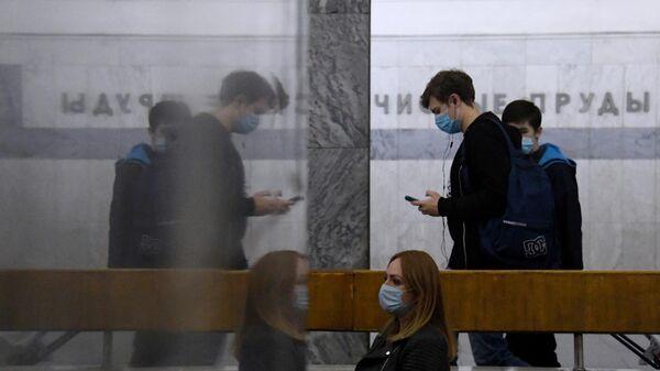Пассажиры в вестибюле станции метро Чистые пруды в Москве