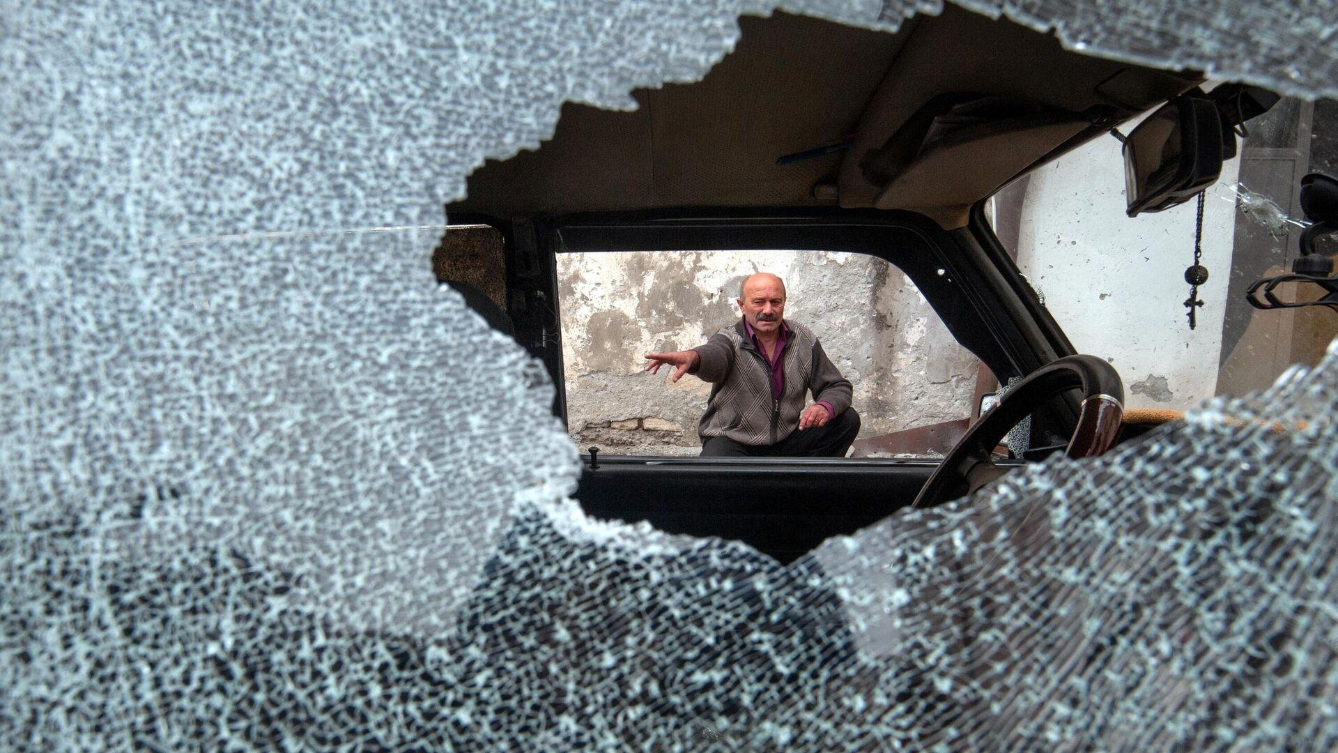 Автомобиль, поврежденный в результате обстрела в Степанакерте - РИА Новости, 1920, 05.10.2020