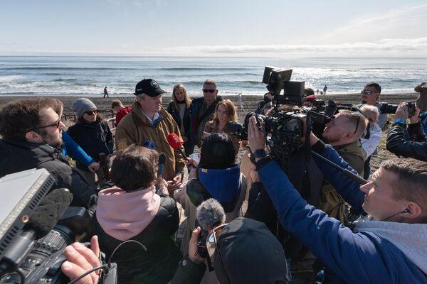 Губернатор Камчатского края Владимир Солодов во время интервью на Халактырском пляже